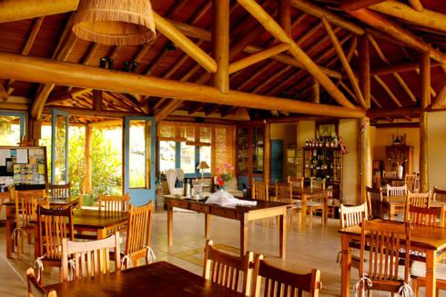 Refeitório: Salas de jantar rústicas por MADUEÑO ARQUITETURA & ENGENHARIA
