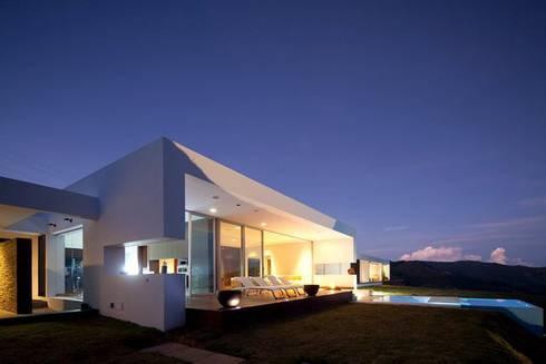 CASA BARRENECHE: Casas de estilo minimalista por LIGHTEN