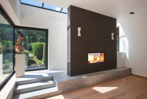 Recuperadores Lenha Bodart&Gonay - Gama Concept 900 Green Dupla Face: Salas de estar modernas por Biojaq - Comércio e Distribuição de Recuperadores de Calor Lda