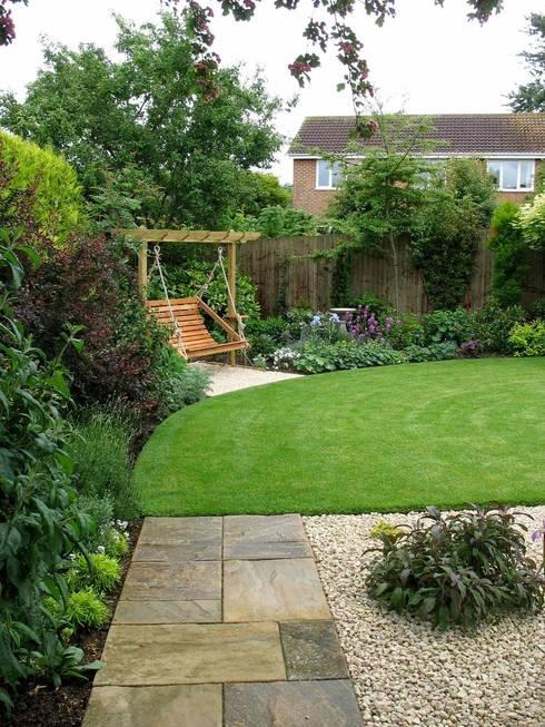 The new lawn and swing seat corner:  Garden by Jane Harries Garden Designs
