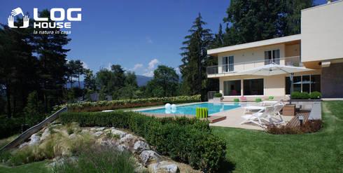 Villa in legno con piscina lineare ed ecologica di log for Piani di casa di log in stile ranch