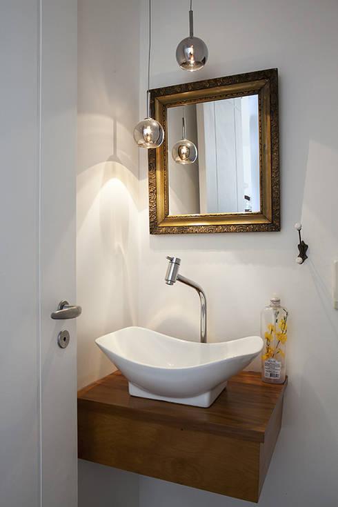 Residencia em Condomínio fechado: Banheiros modernos por Lucia Helena Bellini arquitetura e interiores
