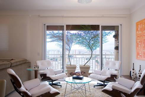 Apartamento para jovem rapaz: Salas de estar modernas por Lucia Helena Bellini arquitetura e interiores