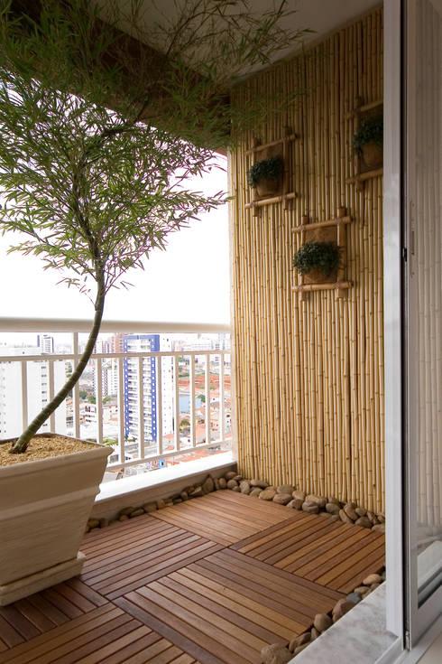 Apartamento para jovem rapaz: Terraços  por Lucia Helena Bellini arquitetura e interiores