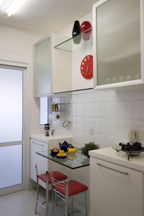 Apartamento para jovem rapaz: Cozinhas modernas por Lucia Helena Bellini arquitetura e interiores