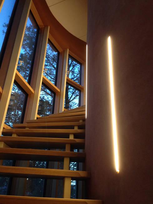 Une maison passive dans les bois, à Céroux-Mousty: Couloir et hall d'entrée de style  par Bureau d'Architectes Desmedt Purnelle