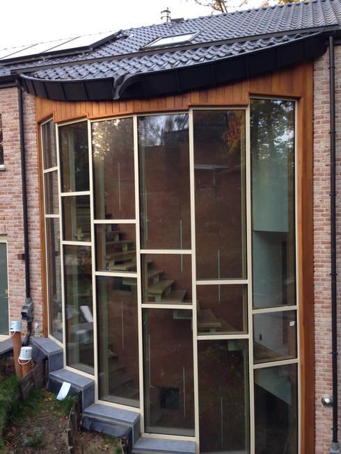 Une maison passive dans les bois, à Céroux-Mousty: Maisons de style  par Bureau d'Architectes Desmedt Purnelle