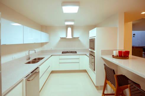 Cozinha : Cozinhas modernas por Cabral Arquitetura Ltda.