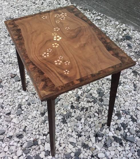 ミニテーブルmomo: 二輪草家具が手掛けたリビングルームです。