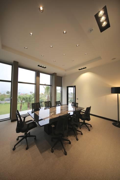 Kerim Çarmıklı İç Mimarlık – Toplantı Salonu:  tarz Çalışma Odası