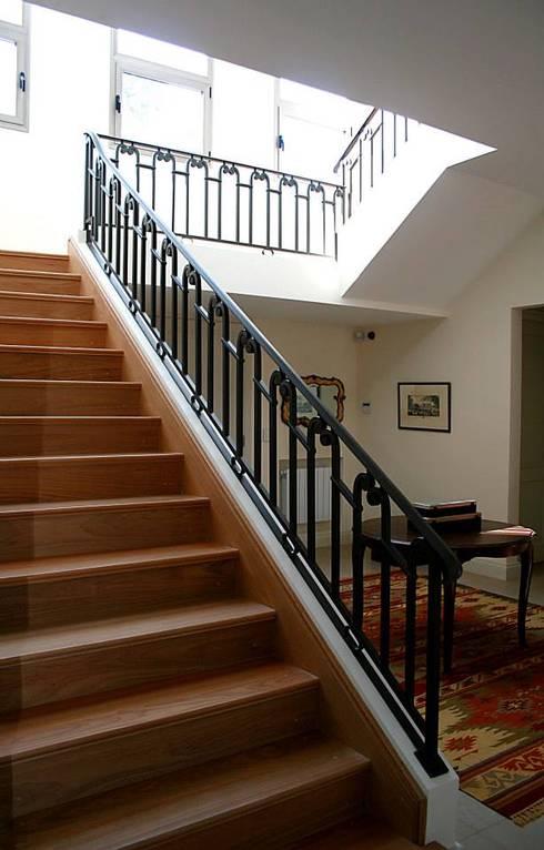 Casa Byrnes: Pasillos y recibidores de estilo  por Aulet & Yaregui Arquitectos