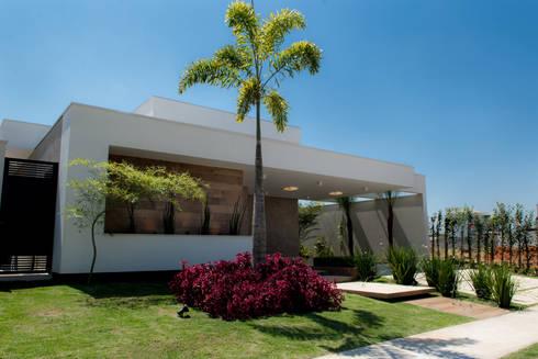 Casa Térrea – contemporânea: Casas modernas por Camila Castilho - Arquitetura e Interiores