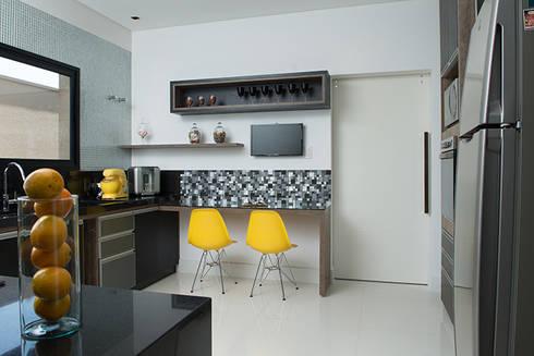 Casa Térrea – contemporânea: Cozinhas modernas por Camila Castilho - Arquitetura e Interiores