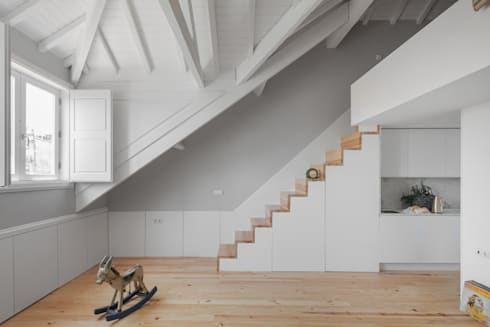 Santa Teresa: Corredores e halls de entrada  por Pedro Ferreira Architecture Studio Lda