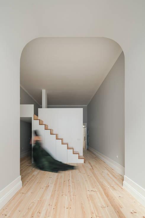 Santa Teresa: Salas de estar ecléticas por Pedro Ferreira Architecture Studio Lda