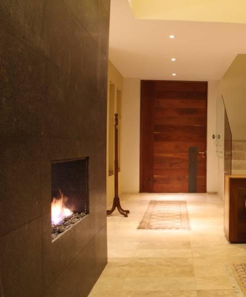 ACCESO: Pasillos y recibidores de estilo  por GRUPO VOLTA