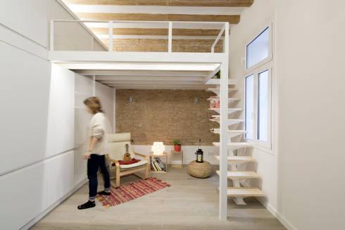Altillo y Zona de Estar: Salones de estilo minimalista de MMMU Arquitectura i Disseny