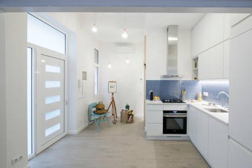 Comedor y Cocina integrados: Cocinas de estilo minimalista de MMMU Arquitectura i Disseny