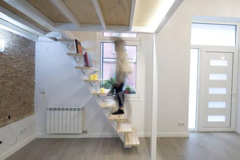 Escalera y Altillo: Pasillos, vestíbulos y escaleras de estilo minimalista de MMMU Arquitectura i Disseny