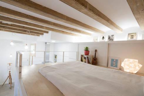 Altillo: Dormitorios de estilo minimalista de MMMU Arquitectura i Disseny
