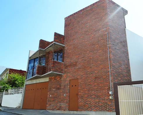 Fachada Principal oficinas CATARSIS : Casas de estilo industrial por Constructora e Inmobiliaria Catarsis