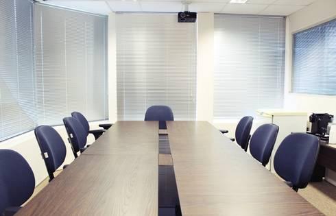 Sala de reunião após a reforma.: Edifícios comerciais  por É! Arquitetura e Design