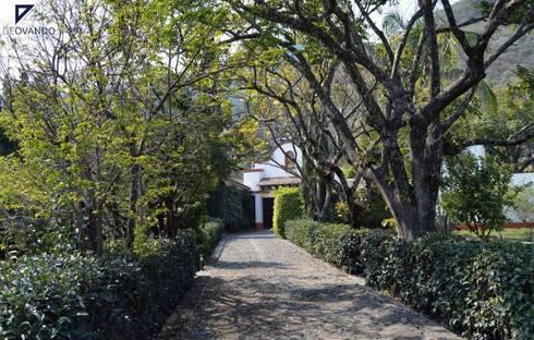COUNTRY HOUSE IN MALINALCO MEXICO: Pasillos y recibidores de estilo  por De Ovando Arquitectos