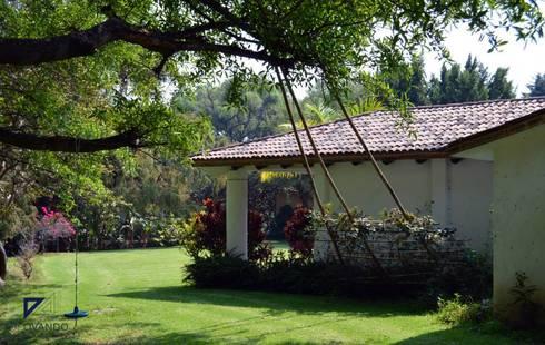 COUNTRY HOUSE IN MALINALCO MEXICO: Jardines de estilo colonial por De Ovando Arquitectos