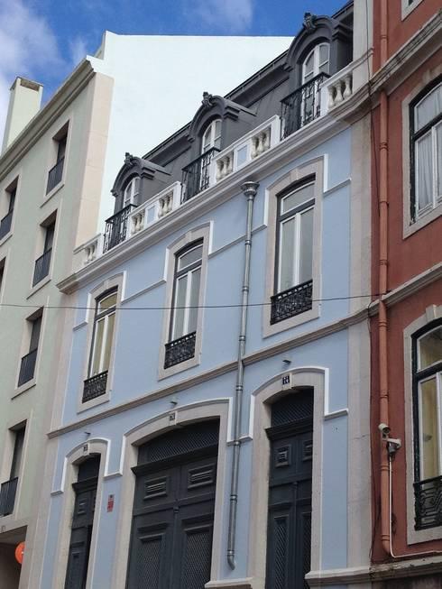 Alçado Principal: Casas clássicas por Belgas Constrói Lda