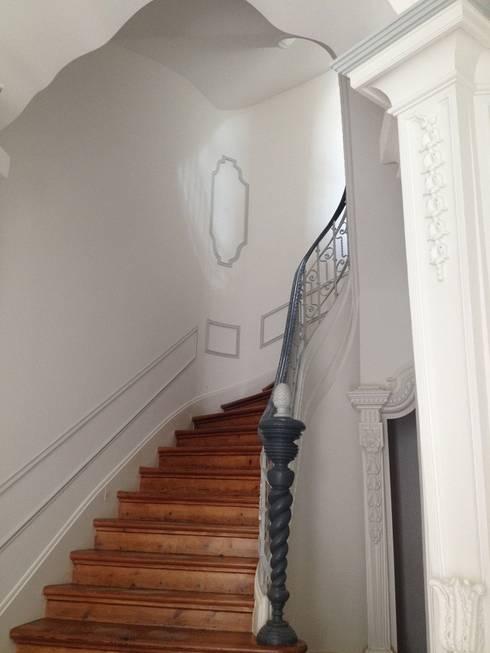 Escada: Corredores e halls de entrada  por Belgas Constrói Lda
