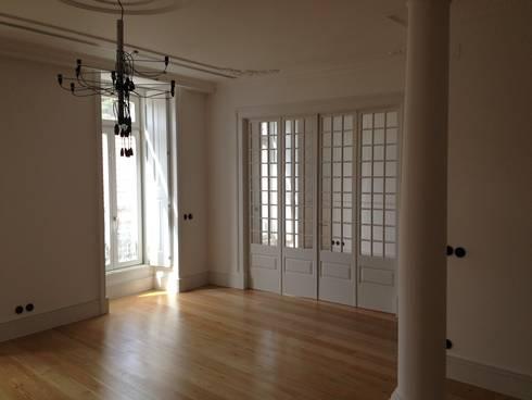 Sala de Jantar: Salas de jantar clássicas por Belgas Constrói Lda