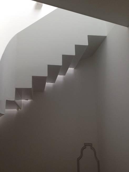 Escada - Piso Superior: Corredores e halls de entrada  por Belgas Constrói Lda