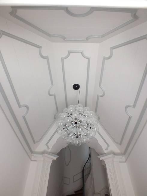Hall de Entrada: Corredores e halls de entrada  por Belgas Constrói Lda