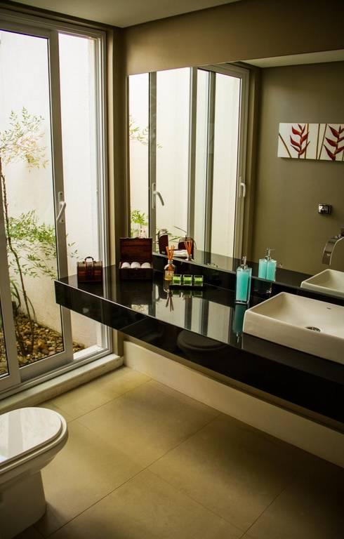 Residência Alphaville Campinas: Banheiros clássicos por RC ARQUITETURA