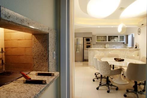 PROJ. ARQ. DENISE NERVO: Salas de jantar modernas por BRAESCHER FOTOGRAFIA