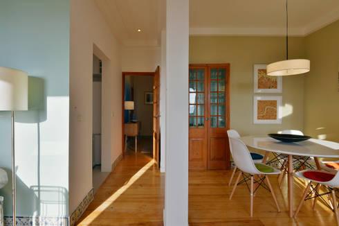 Uma casa antiga repleta de cor: Salas de jantar modernas por Architect Your Home