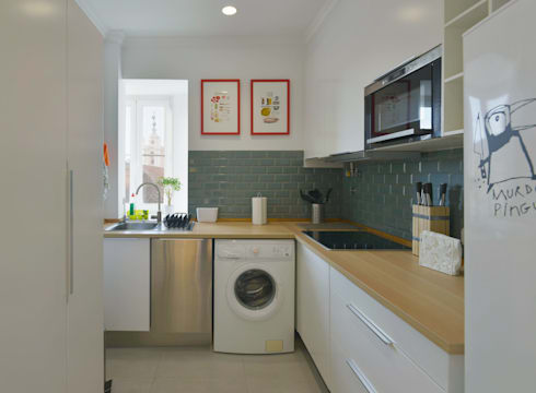 Uma casa antiga repleta de cor: Cozinhas modernas por Architect Your Home