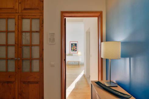Uma casa antiga repleta de cor: Corredores e halls de entrada  por Architect Your Home