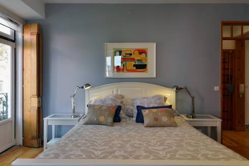 Uma casa antiga repleta de cor: Quartos modernos por Architect Your Home