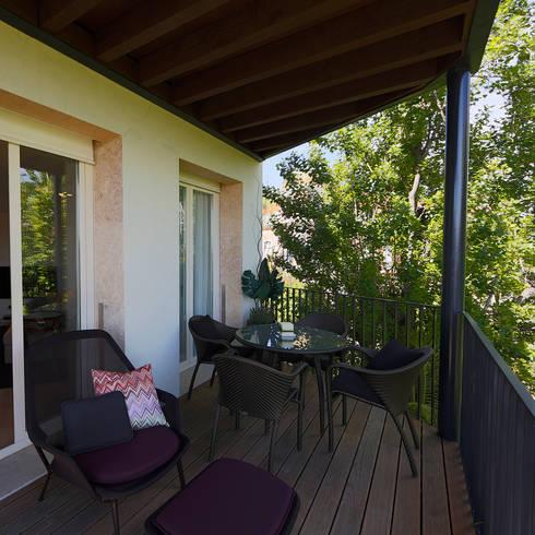 Uma atmosfera leve e colorida: Casas modernas por Architect Your Home