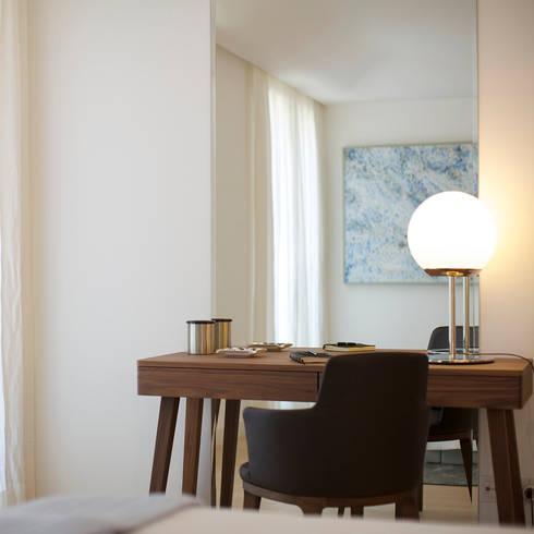 Uma atmosfera leve e colorida: Quartos modernos por Architect Your Home
