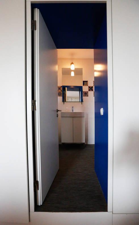 Uma atmosfera moderna num fundo antigo: Casas de banho modernas por Architect Your Home