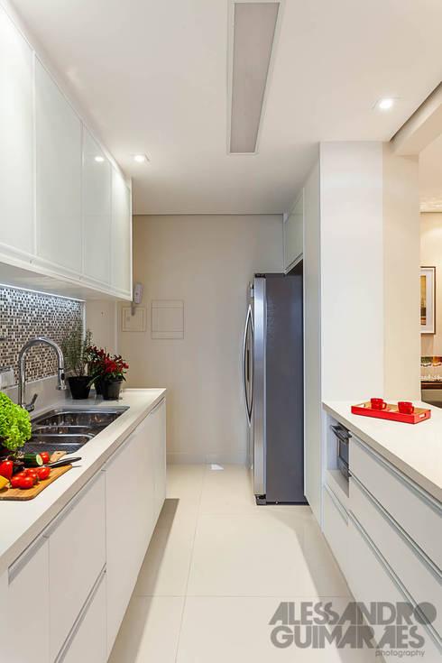 modern Kitchen تنفيذ Martins Valente Arquitetura e Interiores