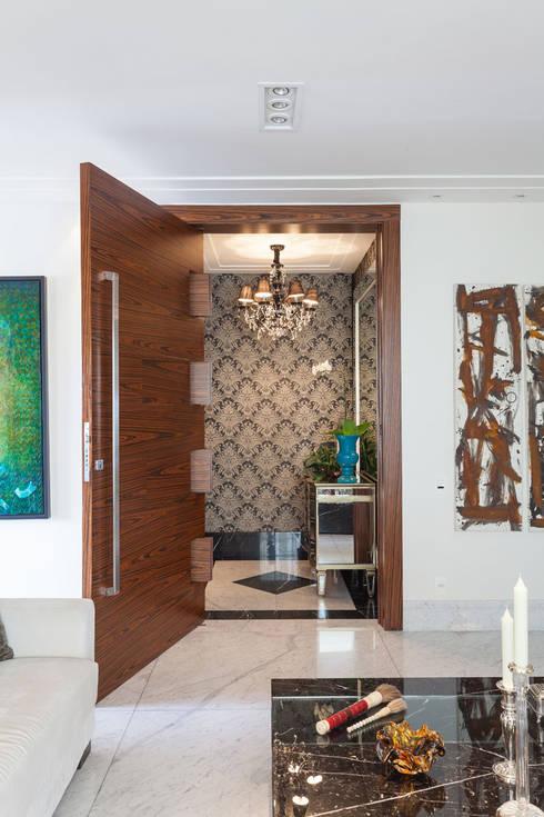 modern Corridor, hallway & stairs تنفيذ Martins Valente Arquitetura e Interiores