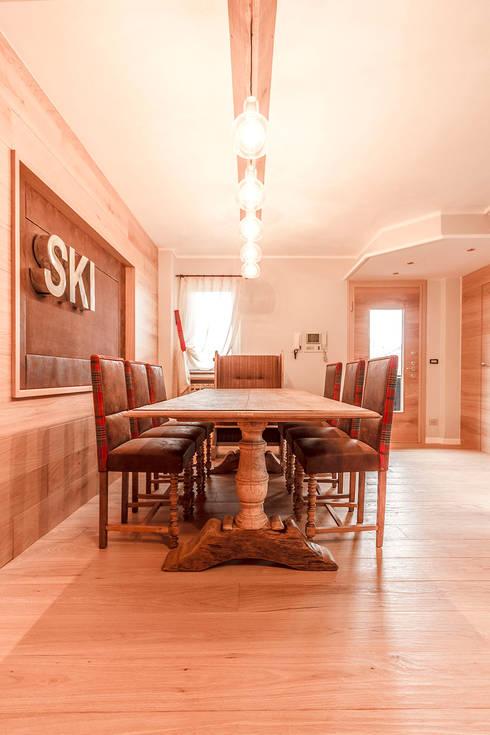 Appartamento Residenziale - Aprica 2014: Sala da pranzo in stile in stile Rustico di Galleria del Vento
