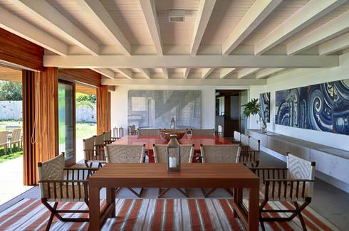 Casa Búzios: Salas de jantar modernas por Toninho Noronha Arquitetura