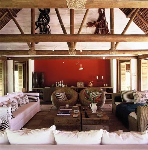 Casa Trancoso: Salas de estar rústicas por Toninho Noronha Arquitetura