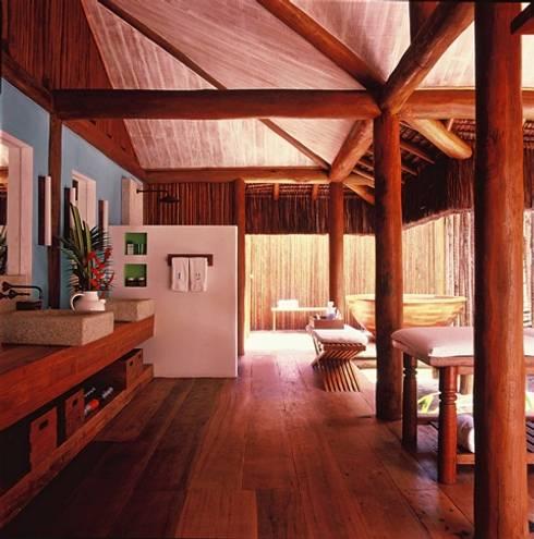 Casa Trancoso: Banheiros rústicos por Toninho Noronha Arquitetura