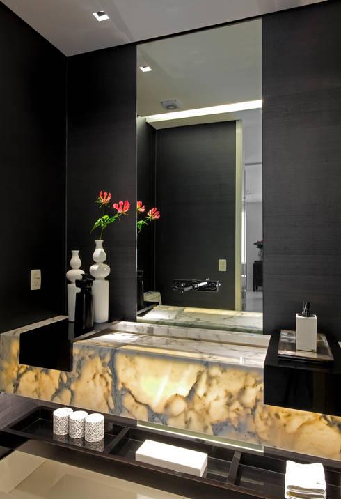 apartamento jardins: Banheiros modernos por Toninho Noronha Arquitetura
