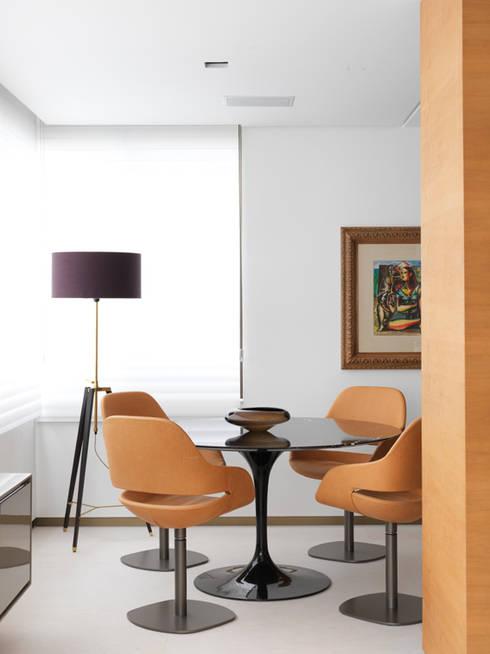 Apartamento VNC 4: Salas de estar modernas por Toninho Noronha Arquitetura